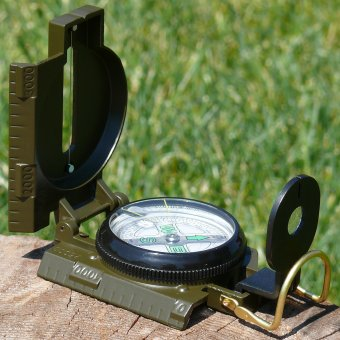 Oil-filled military compass with metal housing